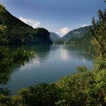 Een meer tussen de bergen