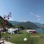 Camping aan de rand van het meer met een grasveld met caravans
