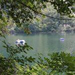 De camping ligt aan de rand van een meer