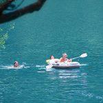 Zwemmeertje met rubberboot en spelende kinderen