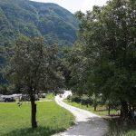 Paadje op de camping tussen de heuvels
