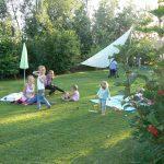 Spelende kinderen in het gras