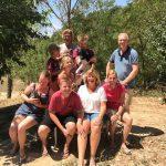 Een groep kinderen en ouders, leuke ontmoeting op de camping