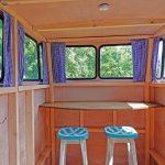 Tafel met krukken in een houten Volkswagenbusje