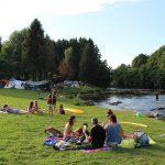 Een riviertje in de Ardennen met een grasveldje om op te zonnen