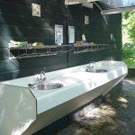 De afwasplaats met twee wasbakken