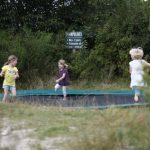 Drie meisjes rennen rond op de trampoline