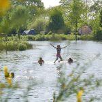 Kinderen spelen in het water.