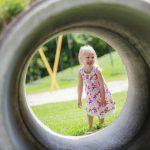 Een meisje in de speeltuin.