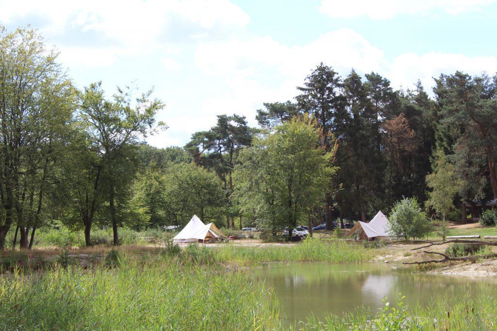 Twee belltenten op een kampeerveld aan het water