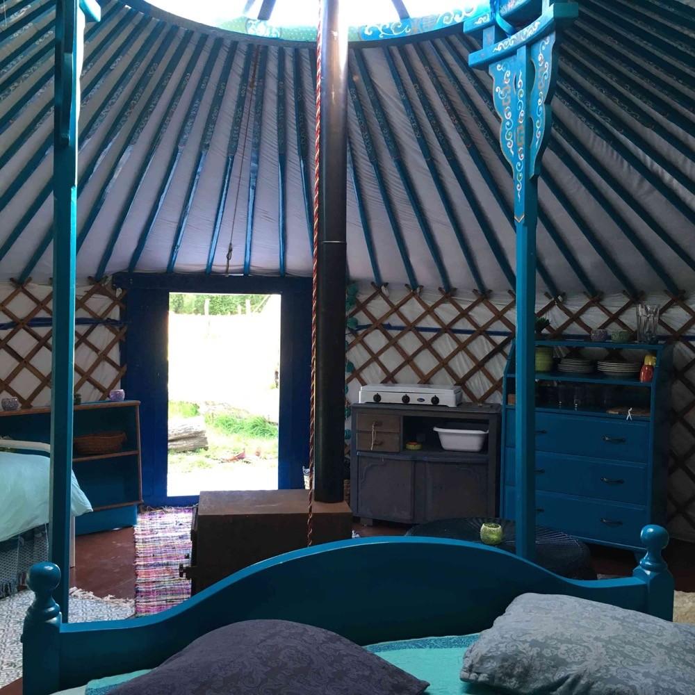 De binnenkant van een Mongoolse yurt, met felblauw geschilderd houtwerk.