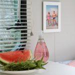 Een stuk meloen en verse kruiden op een bord op een tafeltje in een caravan
