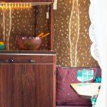 Interieur met bruin en donkerrood, van een gepimpte caravan