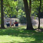 Een stel op de campingstoel aan het zwemven in de schaduw.