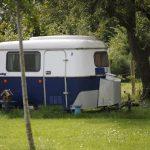 Een blauw witte caravan
