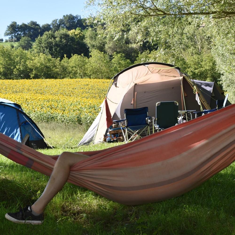 Hangmat voor een tent en een veld vol zonnebloemen