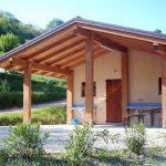 Buitenzijde van een sanitairgebouw op de camping