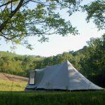 Een tent op een kampeerveld in de heuvels