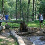 Spelen met zand en water in het bos