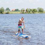 Een jongen op een SUPboard op de Friese meren