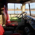 Het stuur en dashboard van oude Mercedes kampeerbus