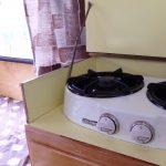 Eenvoudig kooktoestel in een camper