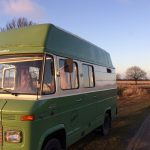 Een groene Mercedes camper bus, oldtimer