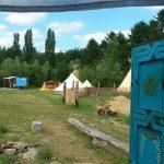 Het kampeerterrein vanuit de yurt gezien, met in de verte de andere tenten.
