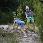 Twee kinderen spelen met modder