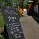 Een uithangbord waarop staat dat er yoga les wordt gegeven.