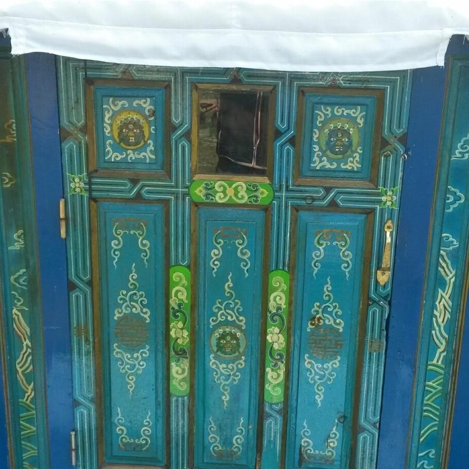 De handgeschilderde deur van de Mongoolse yurt.