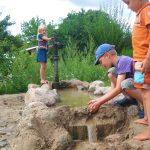 Waterpret met een waterpomp en zand en stenen