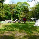 Open kampeerveld met speeltoestellen voor kinderen