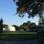 Kamperen op een veld met tenten bij Camping Wachtsluis