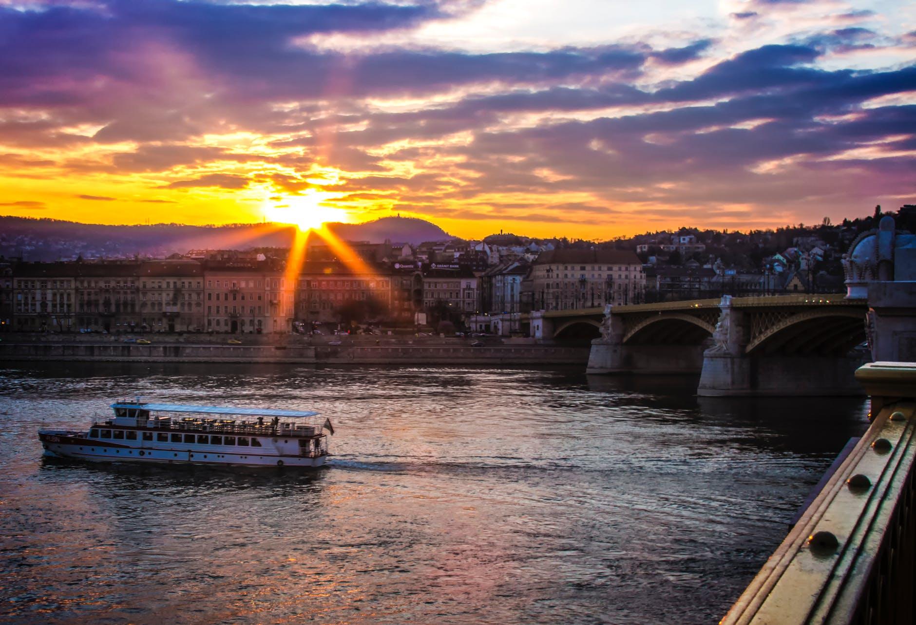 De skyline van Boedapest bij zonsondergang