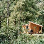 Een mooi houten tiny house tussen het groen
