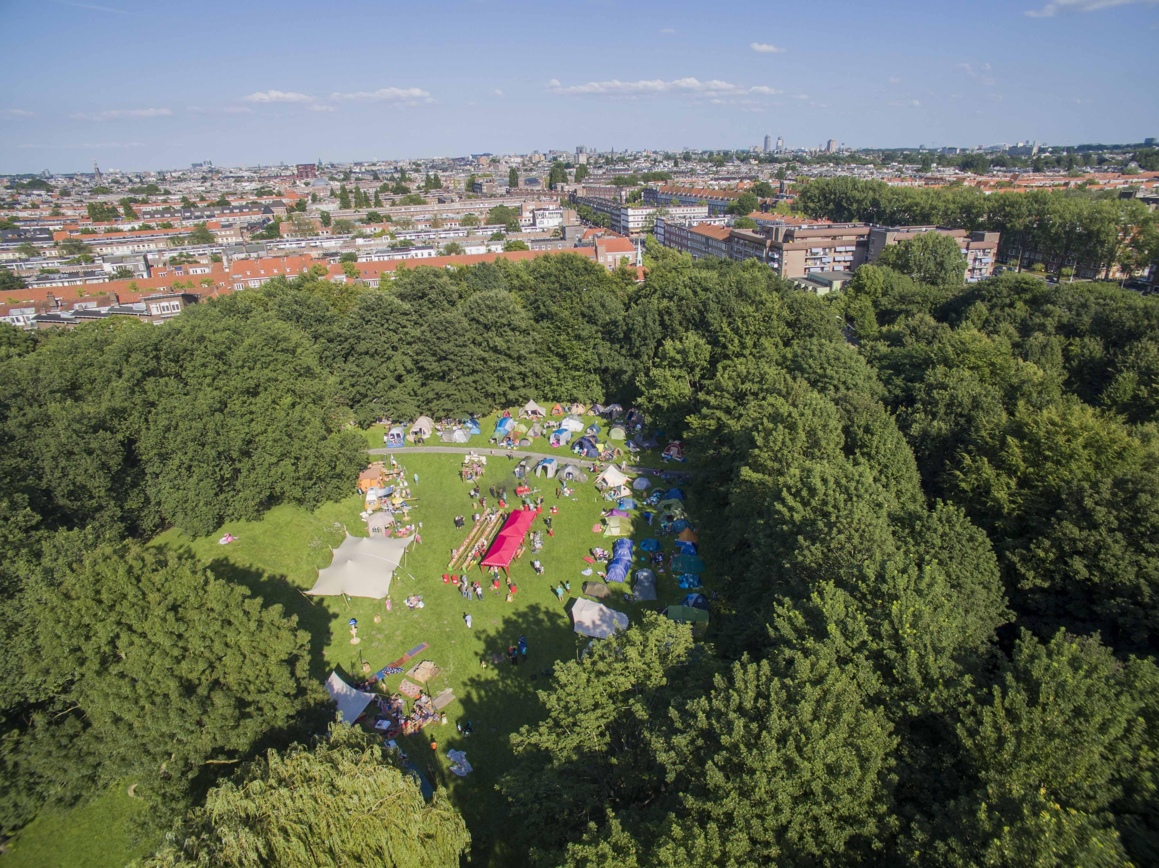 Drone view van de Buurtcamping in een stadspark