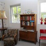 Een fauteuil bij de leesboekenkast