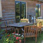 Een houten tuinset, voor de schuur