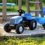 Een blauwe speelgoed tractor voor de kinderen.