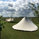 Een aantal De Waard tenten met weids uitzicht over de weilanden.