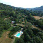 Drone view van de camping aan de kant van het zwembad