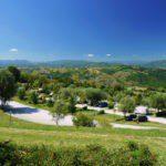Overzicht van een terrassencamping met prachtig uitzicht