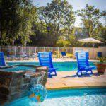Blauwe stoelen bij het zwembad