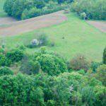 Drone view van het groene terrein van Domaine du Merlet