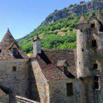 Een oud kasteel tegen een heuvel