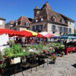 Een knus Frans stadje met een markt.