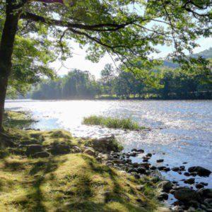 De zon reflecteert op de rivier de Dordogne.