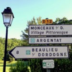 Witte wegwijsborden in de omgeving van Camping La Champagne