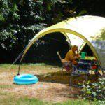 Een luifel zodat de kampeertafel in de schaduw staat.